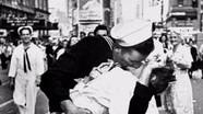 Nữ y tá trong nụ hôn biểu tượng Thế chiến II