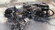 Cẩu tặc bị người dân đánh trọng thương, đốt xe máy