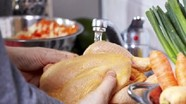 Rửa thịt gà không đúng cách có thể lây vi khuẩn chết người