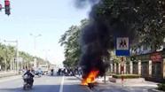 Châm lửa đốt xe máy sau khi bị cảnh sát giao thông xử phạt