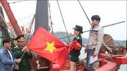 Tặng Cờ Tổ quốc cho ngư dân bám biển