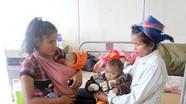 Y bác sỹ, công an góp tiền hỗ trợ cặp song sinh nghèo nằm viện