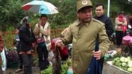 Người dân đi chợ biên giới mua chuột, gà rừng, lợn đen ăn Tết