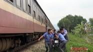 Băng qua đường sắt, người đàn ông bị tàu đâm văng 50 mét