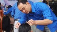Bác sĩ trẻ khám bệnh, cắt tóc cho trẻ em khó khăn vùng giáo