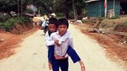 Cậu bé người Thái 5 năm cõng bạn đến trường