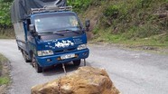Tài xế dùng xe kéo khối đá nằm giữa đường tránh tai nạn