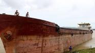 Tàu mắc cạn ven đê sông Lam