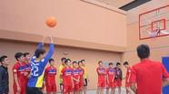 Việt Nam chơi bóng rổ trước trận đấu Thái Lan