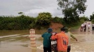 Cứu người đi đường khỏi đuối nước khi qua cầu tràn