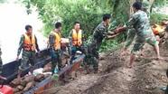 Hàng trăm chiến sỹ chuyển đá ra giữa sông nắn dòng chảy cứu đê sông Vinh