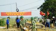 Cán bộ chiến sỹ Trung đoàn bộ binh 1 - Sư đoàn 324 giúp dân xây dựng nông thôn mới