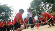 Học sinh người Mông trổ tài đẩy gậy, bắn nỏ