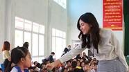 Á hậu Thanh Tú trò chuyện với học sinh Nghệ An về vấn đề giới tính