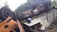 Lật xe chở gỗ, hai người bị thương trong cabin bẹp dúm