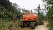 Người dân miền núi hiến đất, thuê máy húc mở đường giao thông