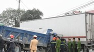 Tai nạn liên hoàn  tài xế mắc kẹt trong ca bin