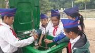 Giáo viên vùng biên đóng góp mua ghế đá, thùng rác cho trường
