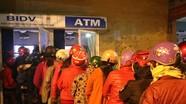 Nhiều người khổ sở vì chờ rút tiền từ ATM