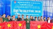 Bộ CHQS tỉnh tặng 800 lá cờ Tổ quốc cho ngư dân thị xã Cửa Lò
