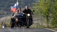 """Ông Putin 'cực ngầu' khi cưỡi xe """"Ural"""" chở lãnh đạo Crưm đến dự buổi trình diễn mô-tô"""