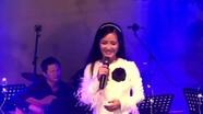 Khán giả ngồi tràn lòng đường sách nghe Hồng Nhung hát nhạc Trịnh