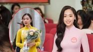 Nữ sinh xinh đẹp tặng hoa Tổng thống Trump làm việc ở Bộ Ngoại giao
