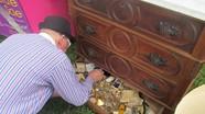 Mua chiếc tủ cũ, người đàn ông phát hiện kho báu 'khủng' bên trong