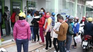Lý do người dân phải xếp hàng dài chờ rút tiền ATM dịp Tết