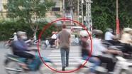 Kỹ năng sang đường 'gây choáng' của chàng Tây ở Việt Nam