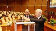 Hình ảnh đại biểu Quốc hội tiến hành quy trình bỏ phiếu bầu Chủ tịch nước