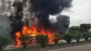 Xe tải chở hàng bốc cháy ngùn ngụt trên Quốc lộ 1A