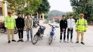 Triệu tập thanh niên điều khiển xe máy bằng hai chân từ video người dân cung cấp