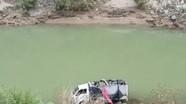 Xe tải chở hàng lao xuống sông trong đêm tối ở Nghệ An