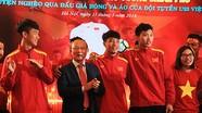 Cầu thủ U23 Việt Nam tham gia trao tiền đấu giá bóng và áo cho người nghèo