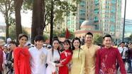 Trịnh Kim Chi, H'Hen Niê rạng rỡ áo dài trên đường phố