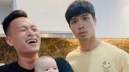 Công Phượng 'tập làm bố' bế con trai khi đến thăm nhà Võ Huy Toàn