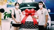 Trung vệ Đình Trọng đưa bạn gái đi nhận xe mới