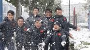 Hình ảnh đáng yêu của các tuyển thủ U23 Việt Nam dưới mưa tuyết