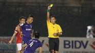Trọng tài ở V-League 'quên' thẻ hay quên… nghề