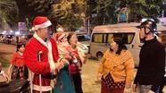 Xuân Mạnh chống nạng tặng quà Noel cho người vô gia cư