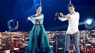 Thủ môn Bùi Tiến Dũng nhảy cồng chiêng cùng hoa hậu Ngọc Hân
