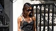 Bà xã Beckham gợi cảm với áo ren xuyên thấu, dạo phố một mình ở London
