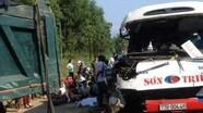 Ôtô khách đâm xe tải, hai trẻ em tử vong