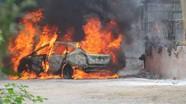 Lùi xe vào đống rác đang cháy, xế hộp bị thiêu rụi