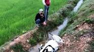 Phát hiện xe máy nghi bị tai nạn rơi dưới mương nước