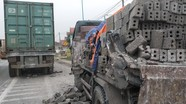 Container tạt sườn xe tải, người phụ nữ rơi từ trên xe xuống đường gãy chân