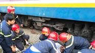 Giải cứu người đàn ông kẹt dưới gầm xe lửa