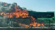 Hành khách tháo chạy khỏi chiếc xe giường nằm bốc cháy dữ dội trên Quốc lộ 1A