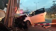 Đạo chích lái ô tô tông gãy cột điện trên đường chạy trốn
